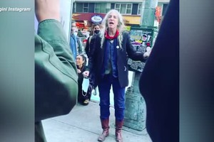 New York, Patti Smith canta in strada