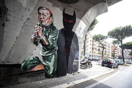 A Roma spunta murales con card. Pell in manette © ANSA