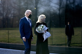 US President Joe Biden and First Lady Dr. Jill Biden visit the Vietnam War Memorial (ANSA)
